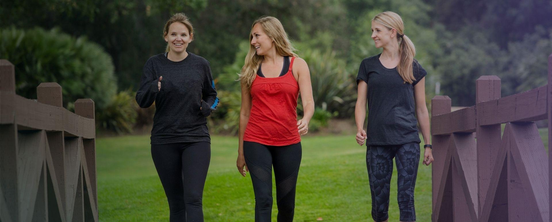 Donne che camminano in un parco