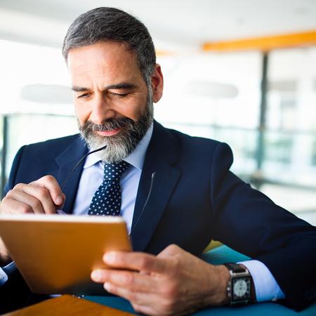 Imprenditore che naviga su un tablet