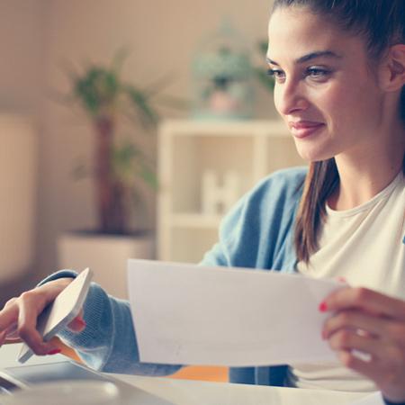 Donna che controlla i pagamenti