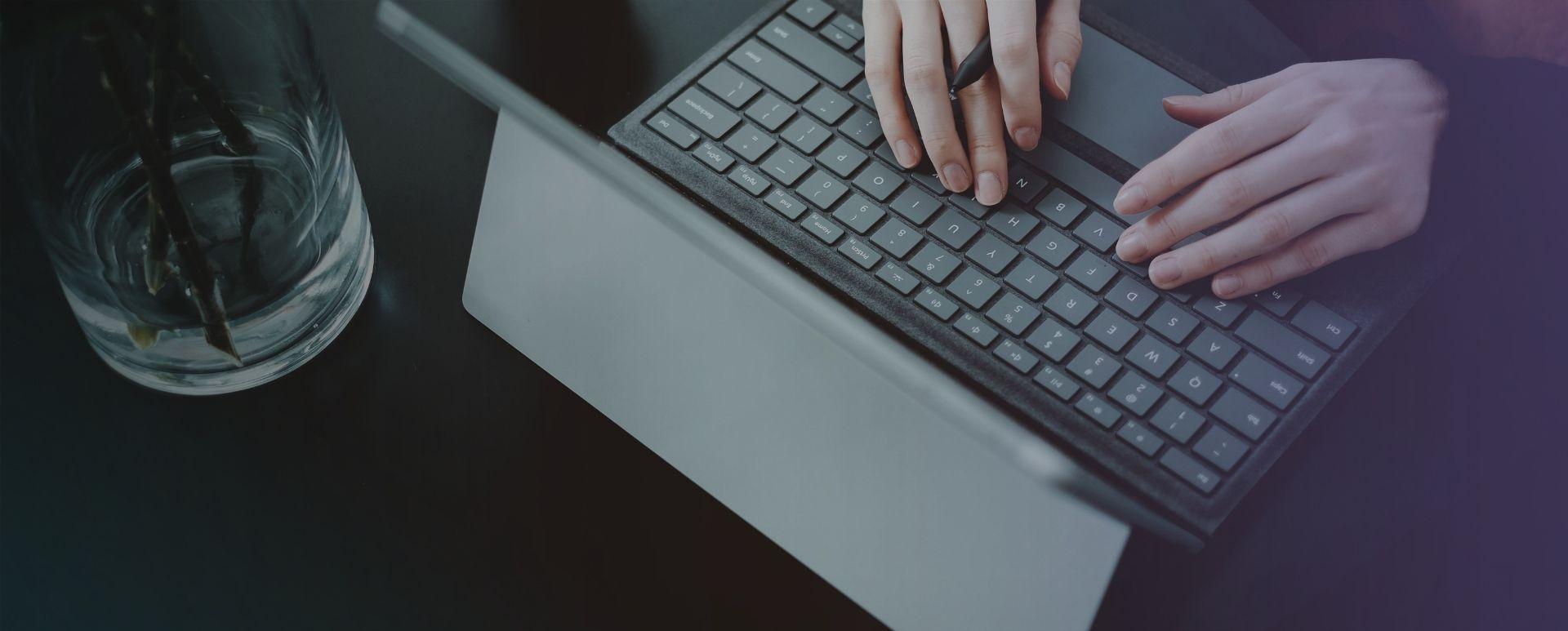 Persona al lavoro su un portatile